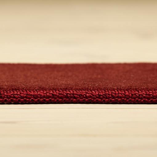 vinrødt tæppe fra WeRug med kant