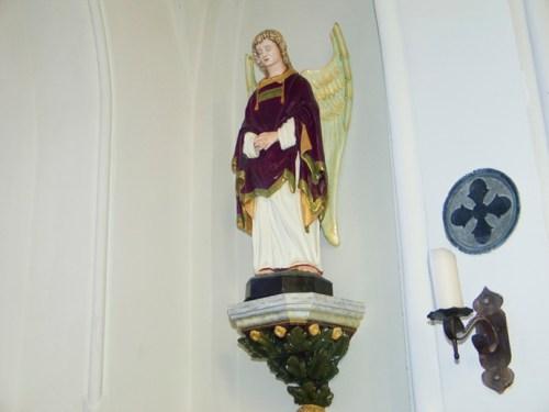 Engel bij doopkapel