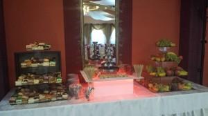 słodki weselny kącik na sali bankietowej