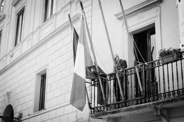 pracownicy administracji mogą sobie co najwyżej flagę wywiesić