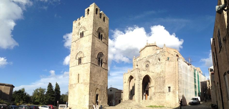 jeden z wielu kościołów i wieża dzwonów