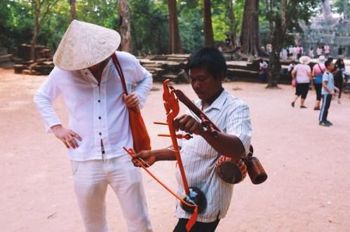 Johannes w czasie negocjowania ceny tego oto khmerskiego instrumentu