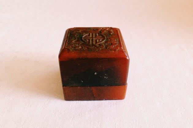 wykonane z kości pudełko na pieczątki