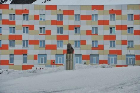Lenin spogląda na arktyczne rejony. W tle blok z odnowioną fasadą, ale w środku ponoć nic się nie zmieniło