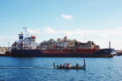 Miasta, tankowiec i łódka, takie zestawienie