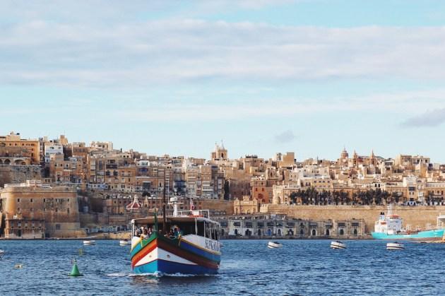 w drodze do Vittoriosy, w tle Valletta