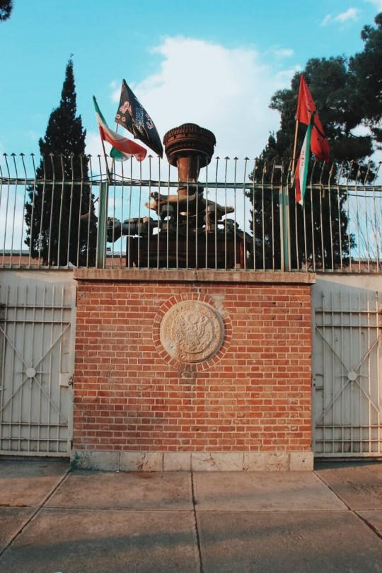 mury byłej ambasady USA w Teheranie