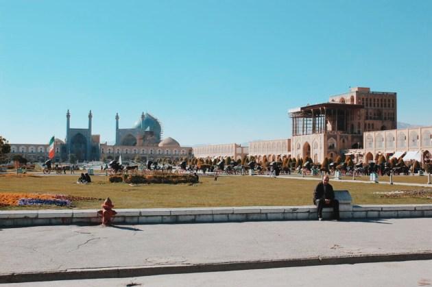po prawej - Pałac Ali Qapu