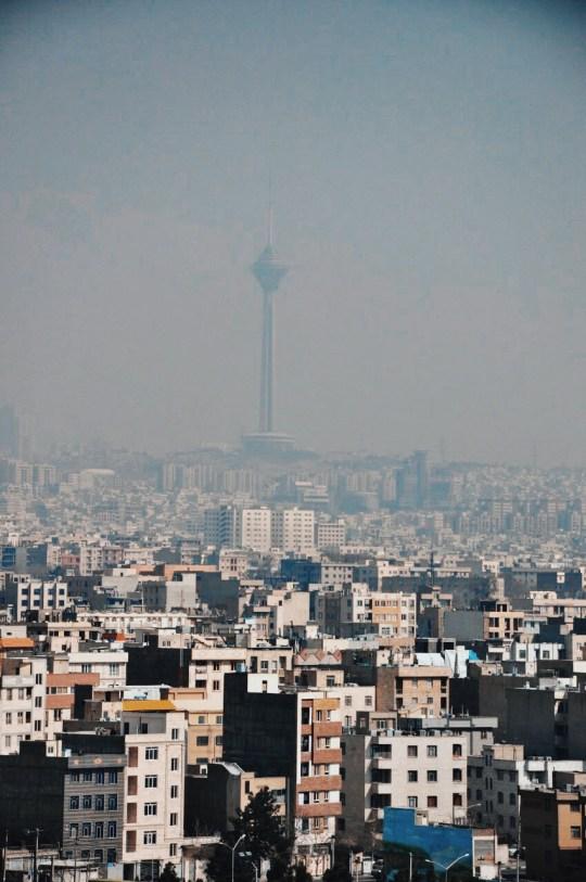 Teheran - betonowa dżungla, w oddali wieża Milad