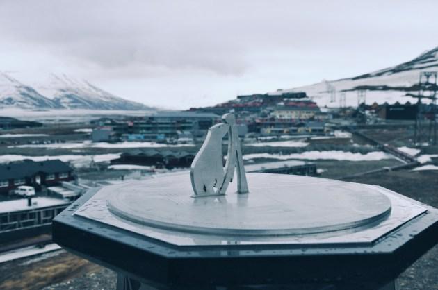 zegar słoneczny obok kościoła w Longyearbyen