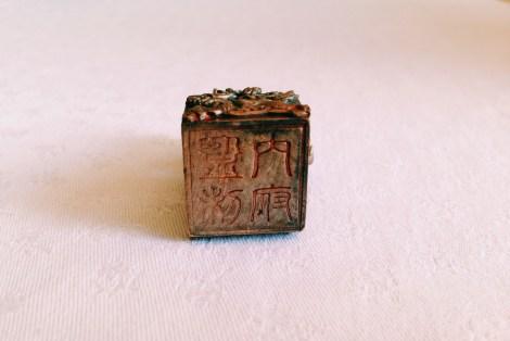 pieczęć ze starochińskimi znakami
