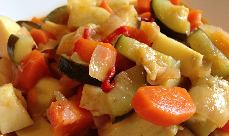 Stoofpotje van zoete aardappel, wortel en courgette