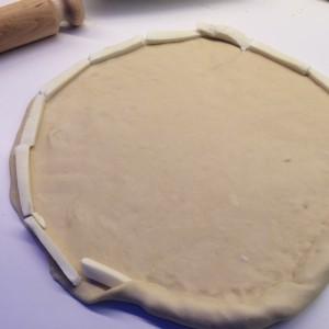 huisgemaakt-pizza-met-kaaskorst-1