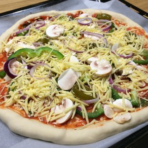 huisgemaakt-pizza-met-kaaskorst-2