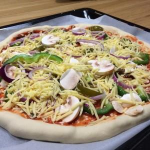 huisgemaakt-pizza-met-kaaskorst-6