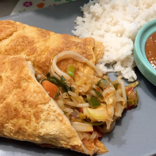 Omeletwrap met rijst met pindasaus