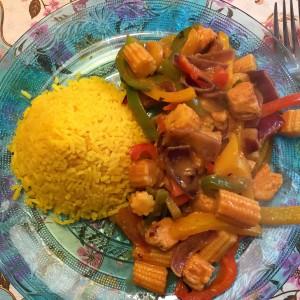 gele rijst thaise curry met tofu