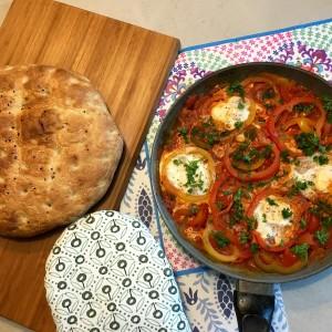 Overzicht Turkse eieren met brood
