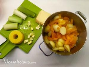 gesneden ananas, prei, raclette en gekookte aardappelen met pompoen