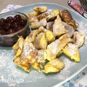 Stukjes luchtige pannenkoeken, voorbeeld van Kaiserschmarren met kersen