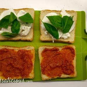 Voorbereiding Mozzarella tosti met arrabbiata pesto