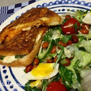 Eindresultaat Mozzarella tosti met arrabbiata pesto met salade (bruine bonen)