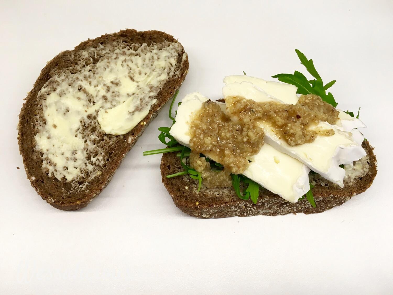 Smeuïge toast met brie en walnoot