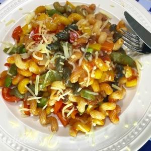 Lekkere Cajun pasta met paprika (bovenaanzicht)