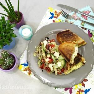 Eindresultaat Tosti mozzarella met pesto met salade