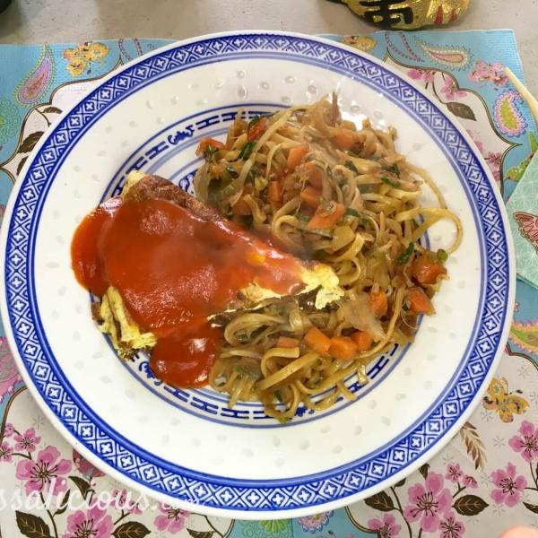 Chinese mie met omelet en zoete tomatensaus