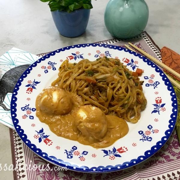 Lekkere Mie met Indonesische eieren en pindasaus