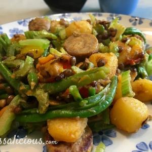 Lekkere Linzen-aardappelschotel met vegetarische worst