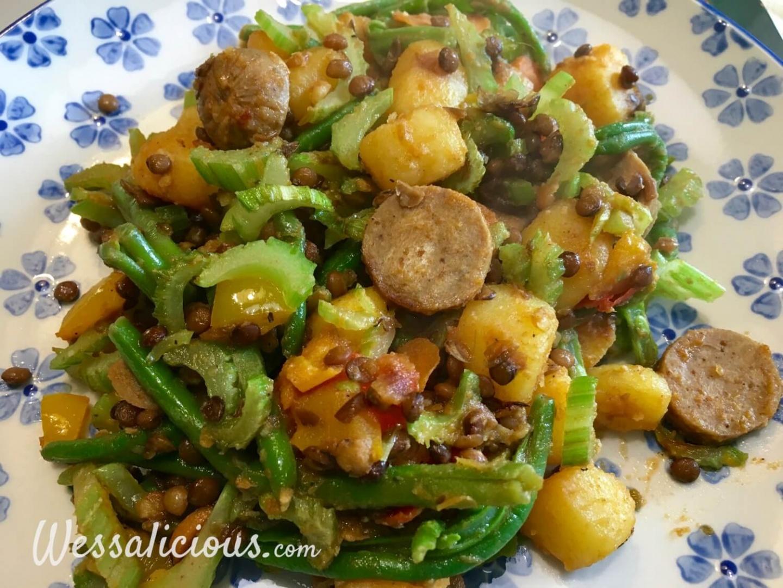 roerbakken Linzen-aardappelschotel met vegetarische worst