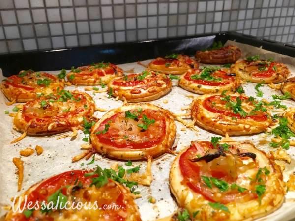 Net afgebakken bladerdeeg hapjes met tomaat