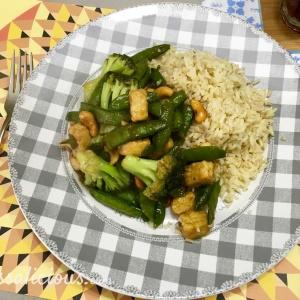 Rijstschotel met cashewnoten en groene groenten