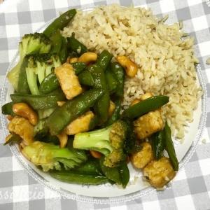 Rijstschotel met cashewnoten en teriyaki