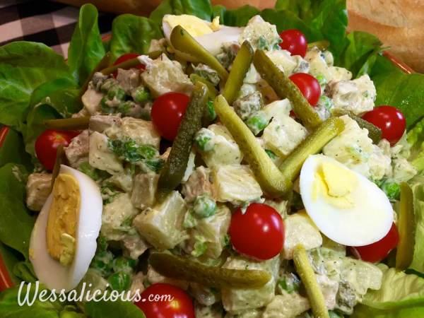 Zelfgemaakte vegetarische huzarensalade met mayonaise en garnering