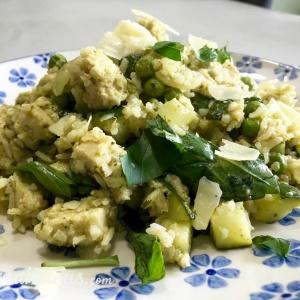 Zomerse rijst met groene pesto