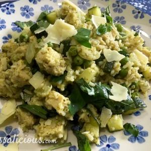 Zomerse rijst met groene pesto en basilicum