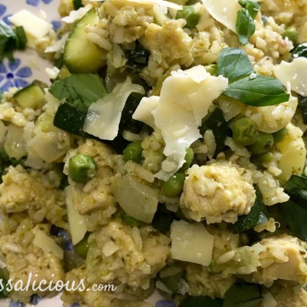 vegetarisch Zomerse rijst met groene pesto