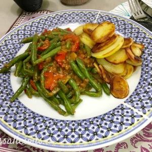Indonesische Satéschotel met sperziebonen en aardappelschijfjes