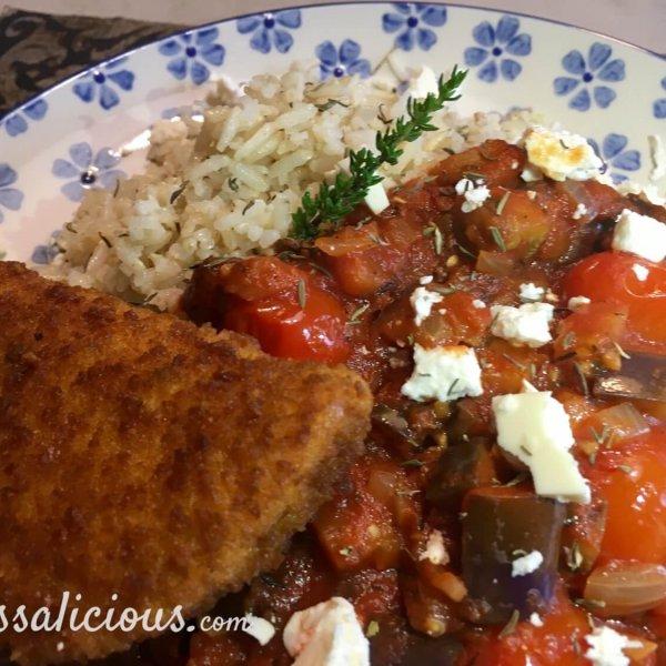 Aubergineschotel met feta en rijst en vegetarische burger