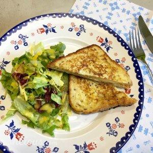 Hartige wentelteefjes met salade