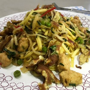 Indonesische Bami van pasta met ketjap manis