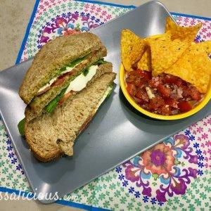 Mozzarella clubsandwich met bruschetta