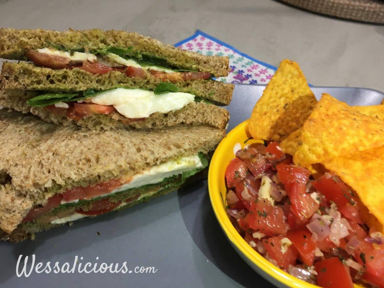 Pesto Mozzarella clubsandwich met bruschetta