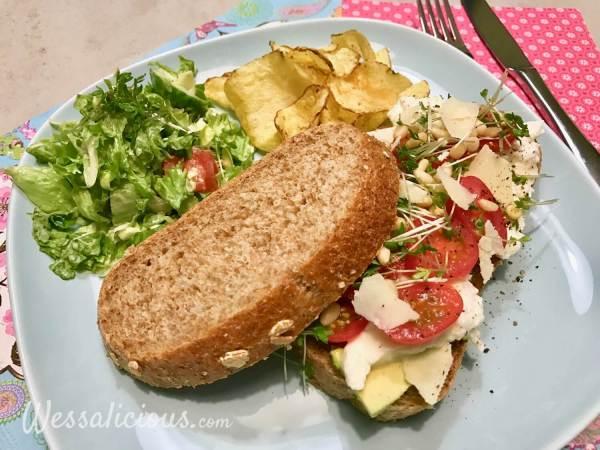 Avocado Sandwich met pesto en mozzarella