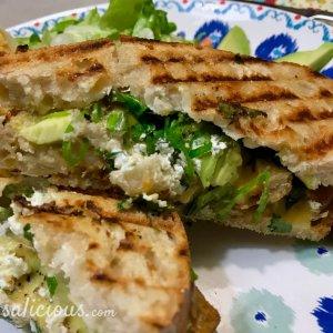 Lekkere nootachtige Toast met avocado en crème fraîche