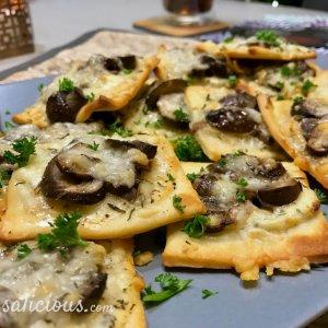 Kruidige pizzettes met champignons (hapjes)
