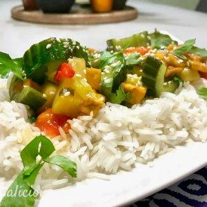 Thaise roerbakschotel met knoflook en ananas
